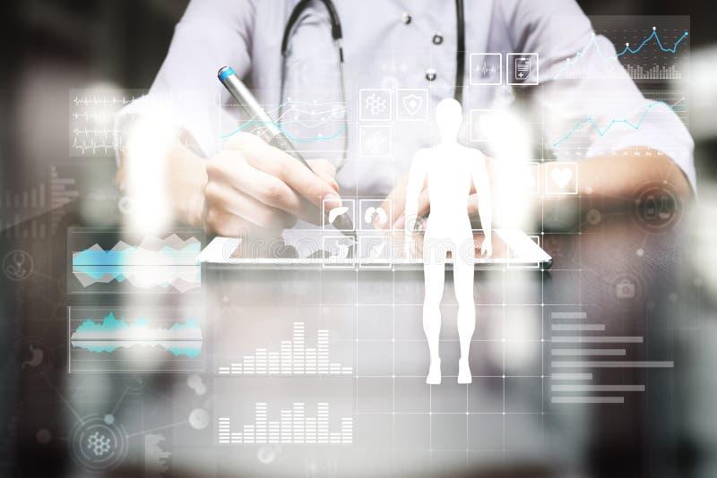 Medique usando o computador moderno com diagrama do informe médico no conceito da tela virtual Aplicação da monitoração de saúde imagem de stock
