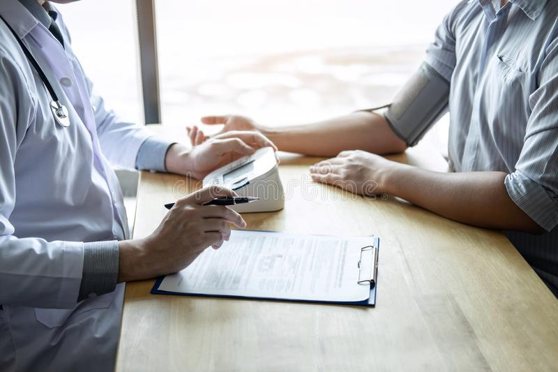 Medique usando um paciente de medição da verificação de pressão sanguínea com exame, apresentando o sintoma dos resultados e reco fotografia de stock