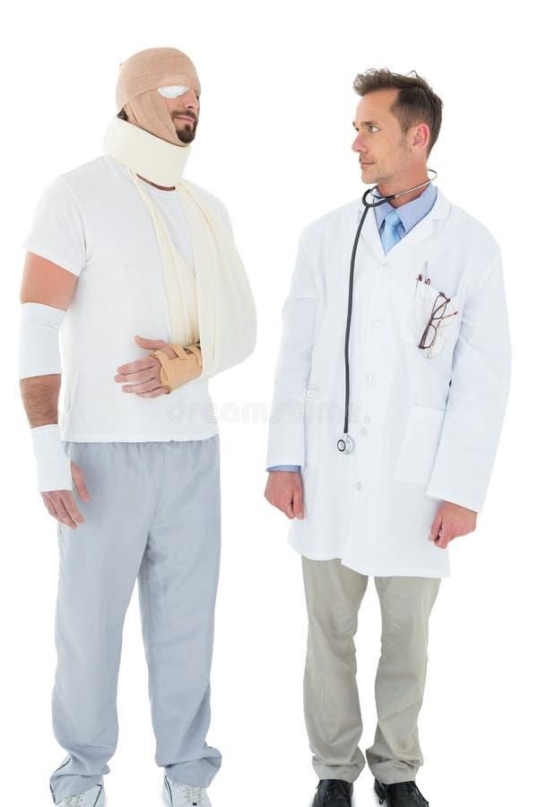 Medique a vista de um paciente amarrado acima na atadura fotos de stock royalty free