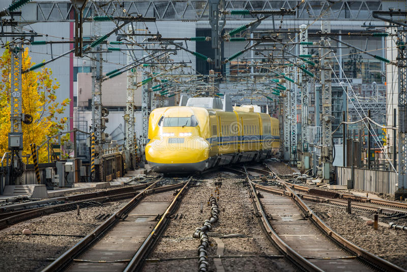 Medique Yellow, um special Shinkansen, está aproximando-se à estação do Tóquio imagens de stock