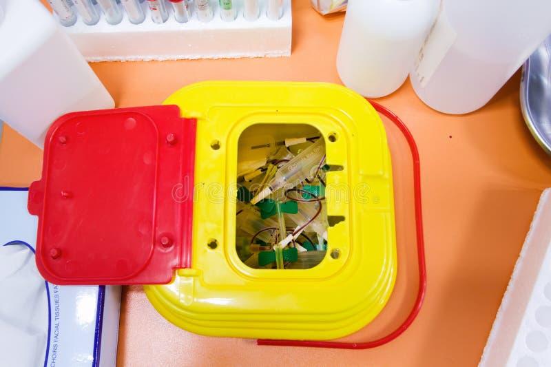 Medisch afval in werkbank royalty-vrije stock afbeeldingen