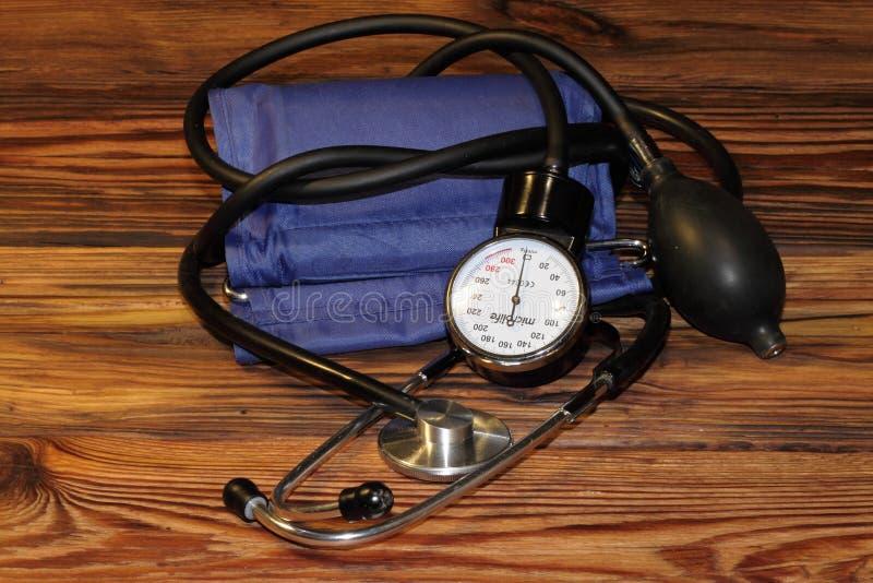 Medisch apparaat om druk in mensen te meten stock foto's