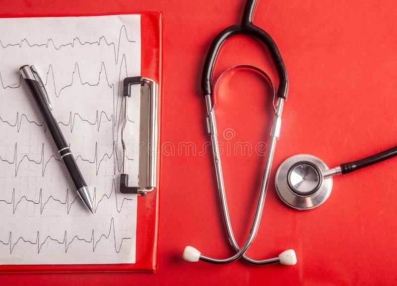 MEDISCH concept Stethoscoop en cardiogramgrafiek stock foto