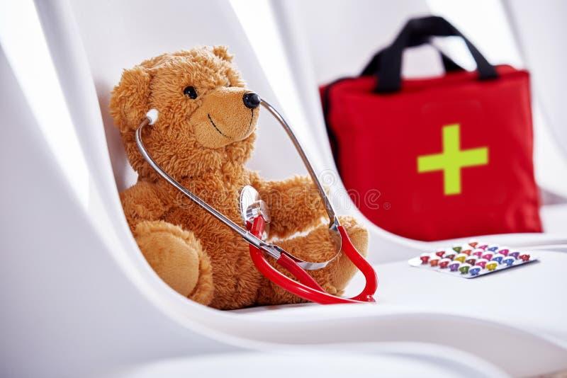 Medisch concept teddybeer met stethoscoop royalty-vrije stock fotografie