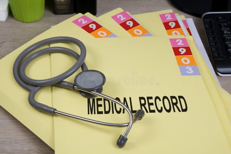 Medisch dossier op werkend bureau royalty-vrije stock fotografie