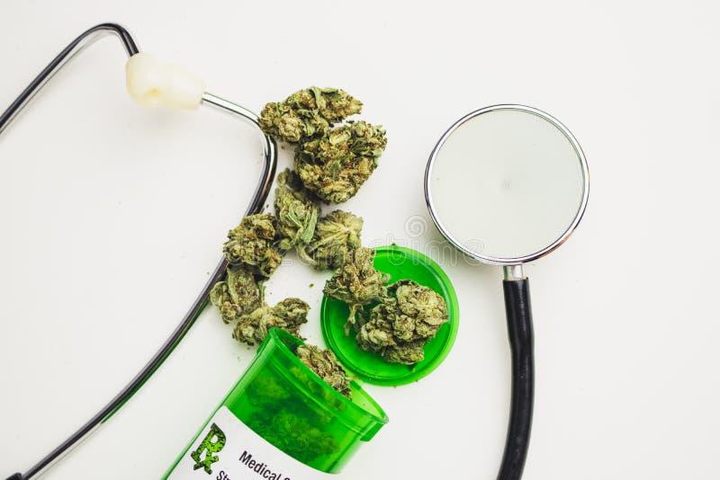 Medisch Marihuanavoorschrift op Witte Achtergrond stock foto