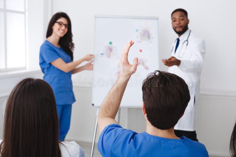 Medisch onderwijs Artsen die Lezing geven aan Internen bij Seminarie stock afbeelding