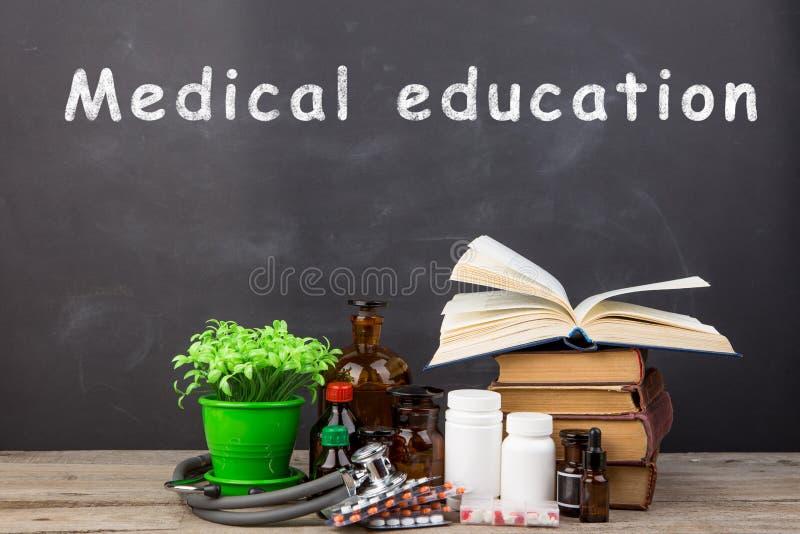 Medisch onderwijsconcept - boeken, apotheekflessen, stethoscoop stock afbeelding