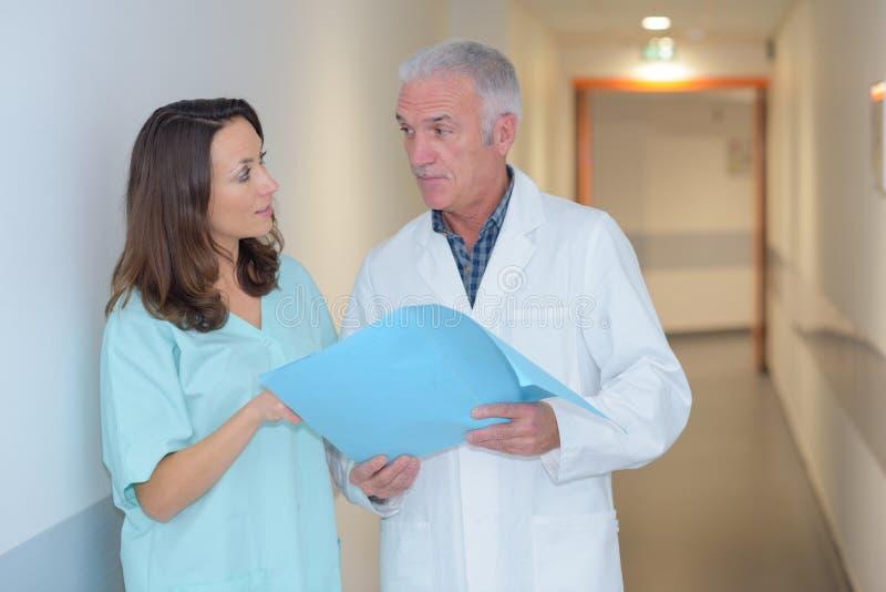 Medisch personeel in bespreking in corrodor stock foto's