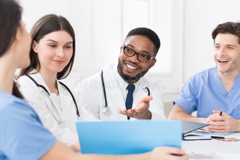 Medisch personeel die bespreking in het moderne ziekenhuis hebben stock foto