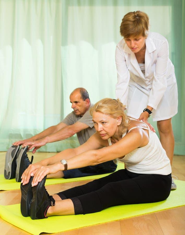 Medisch personeel met hogere mensen bij gymnastiek royalty-vrije stock foto's