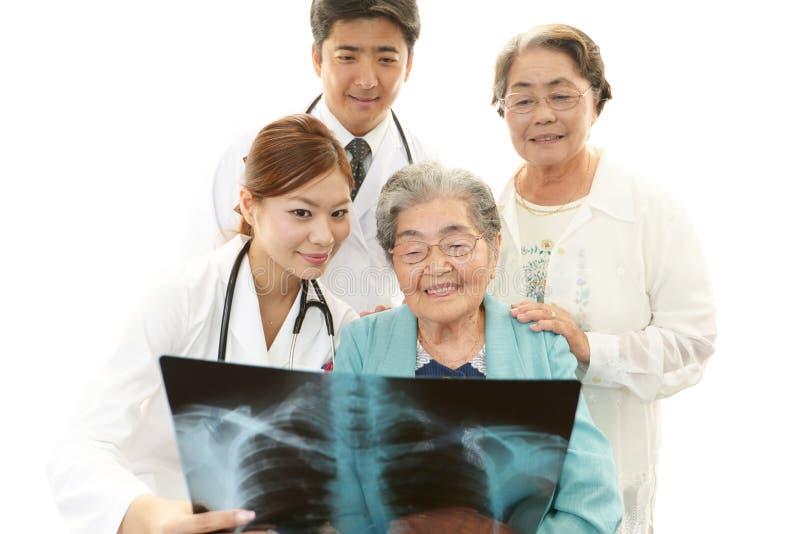Medisch personeel met hogere vrouwen stock afbeeldingen