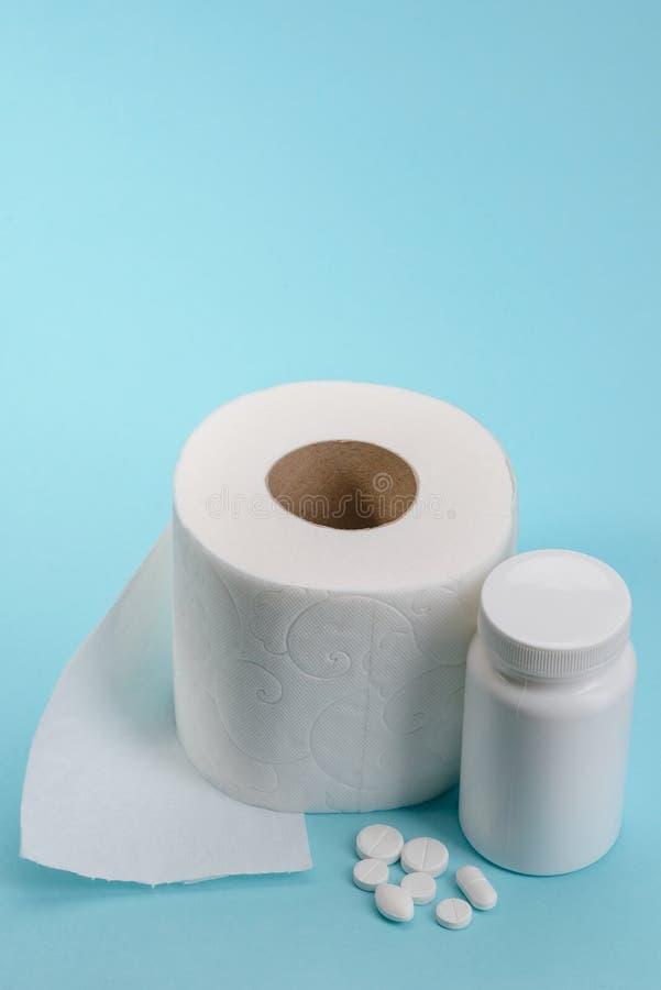 Medisch pillen en toiletpapier royalty-vrije stock afbeelding