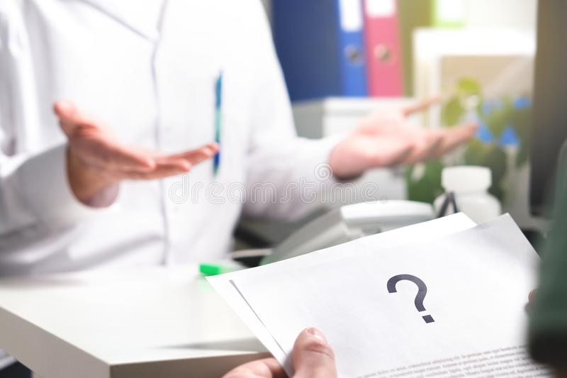 Medisch probleem Het geduldige document van de lezingsgezondheidszorg royalty-vrije stock foto