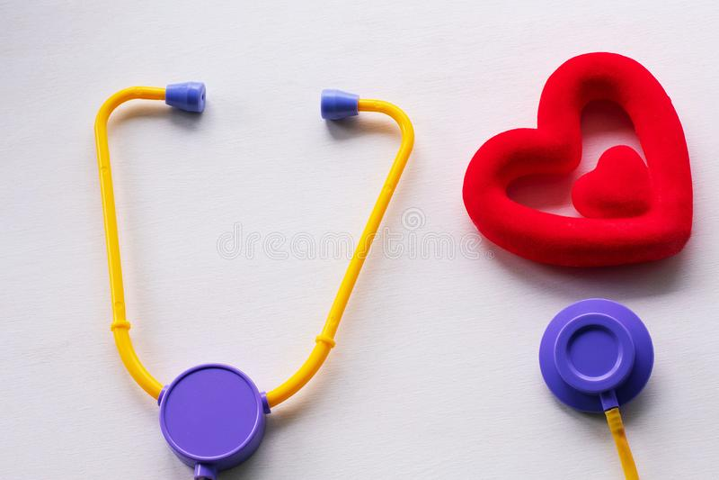 Medisch stethoscoop en hart op een witte achtergrond stock foto's