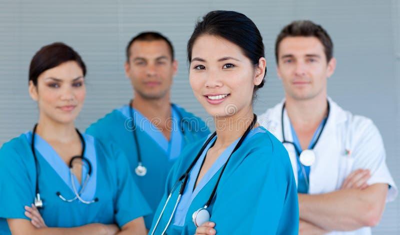Medisch team dat bij de camera glimlacht stock foto's