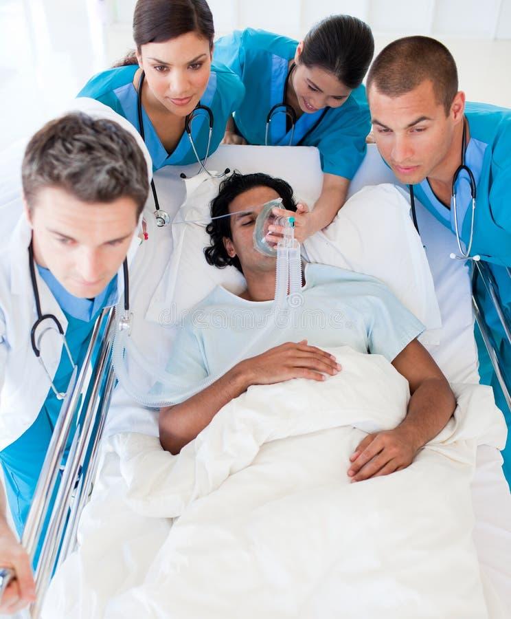 Medisch team dat een patiënt vervoert stock foto