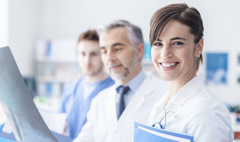 Medisch team dat een röntgenstraal onderzoekt stock foto's