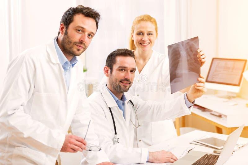 Medisch team die bij het ziekenhuis werken stock afbeelding