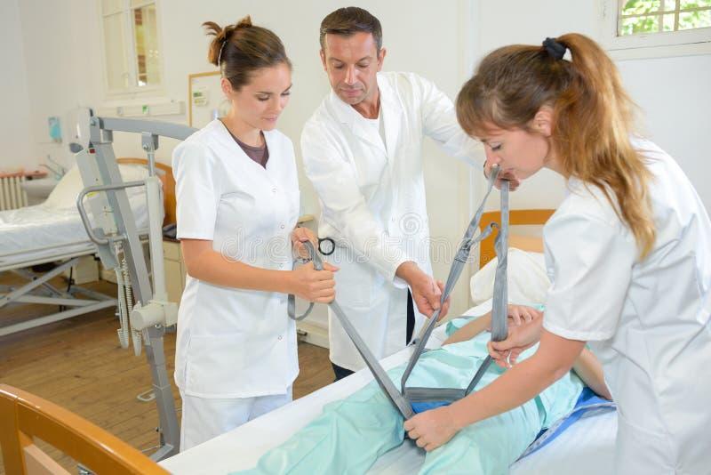 Medisch team die riemen vastmaken aan patiënt royalty-vrije stock fotografie