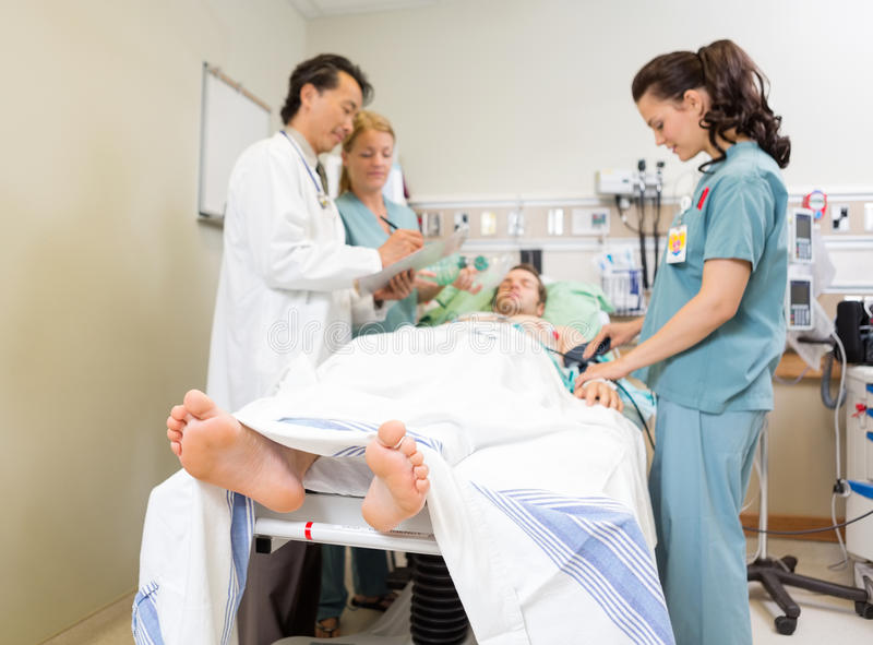 Medisch Team And Patient In Hospital royalty-vrije stock fotografie