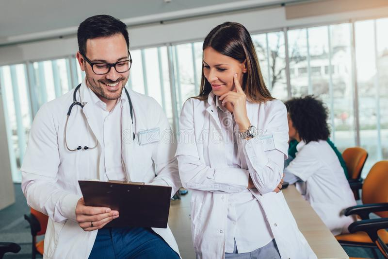 Medisch teamzitting en het bespreken bij de lijst stock fotografie