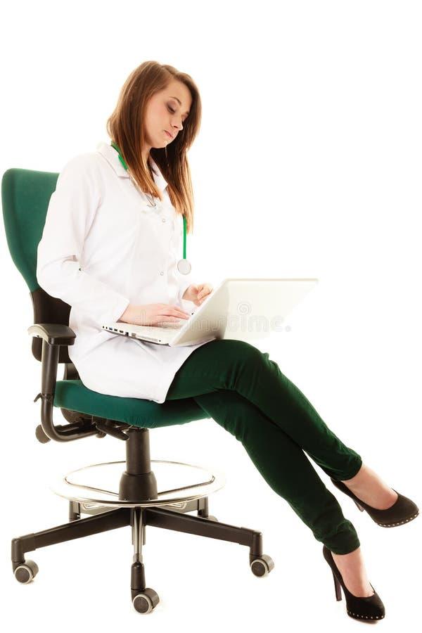 Medisch Vrouw arts die aan computerlaptop werken stock foto's