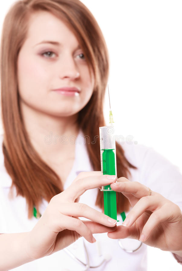Medisch Vrouw arts in laboratoriumlaag met spuit stock foto