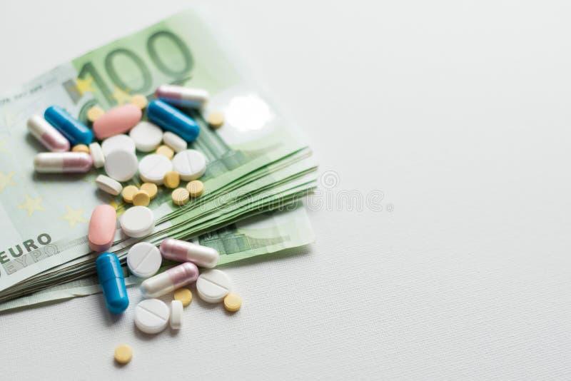 Medisch zaken of prijzenconcept Het maken van geld in de farmaceutische industrie of hoge medische kost, drugtransactie, Pillen,  stock foto's