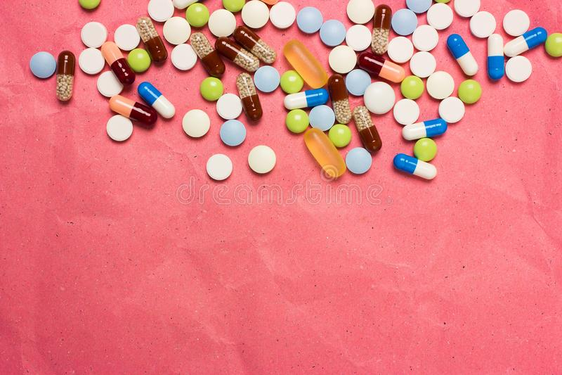 Medische achtergrond met kleurrijke pillen, tabletten en capsules voor een dia of een presentatie royalty-vrije stock foto's