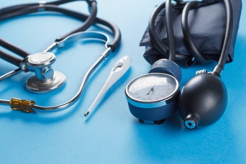 Medische apparatenstethoscoop, tonometer, en thermometer royalty-vrije stock fotografie