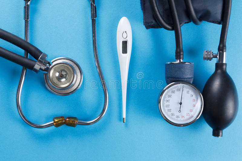 Medische apparatenstethoscoop, tonometer, en thermometer stock foto