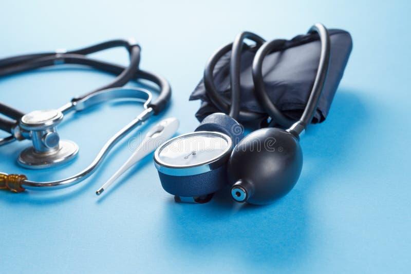 Medische apparatenstethoscoop, tonometer, en thermometer royalty-vrije stock afbeeldingen