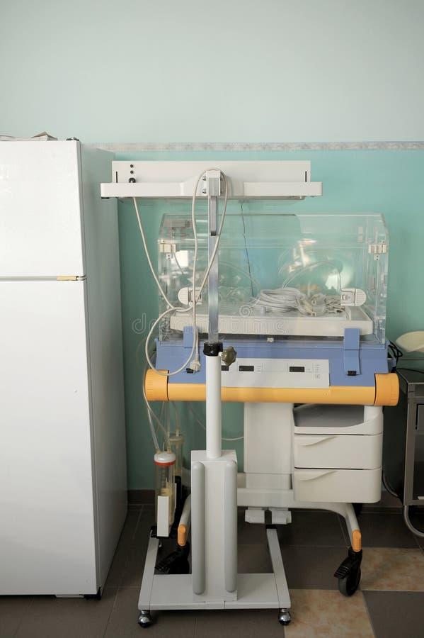 Medische apparatuur bij moederschapskliniek stock foto