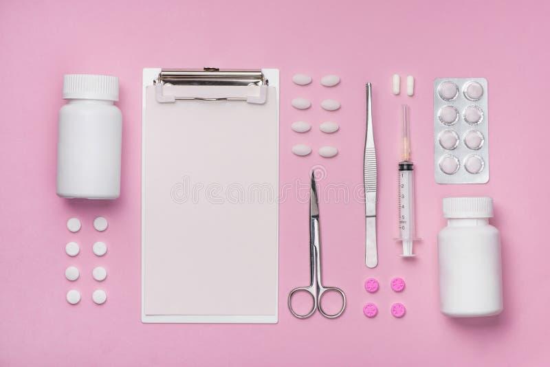 Medische apparatuur Medisch concept op roze roze achtergrond stock afbeelding