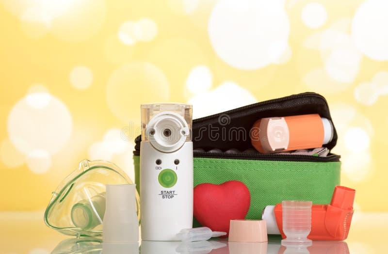 Medische apparatuur voor inhalatie, ademhalingsmasker op geel stock afbeeldingen