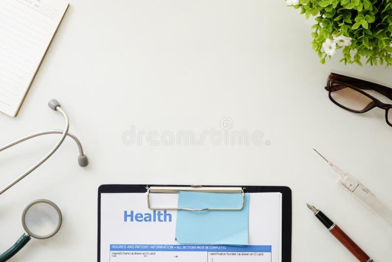 Medische apparatuur, Witte achtergrond met het model van het stethoscoopbureau royalty-vrije stock afbeelding