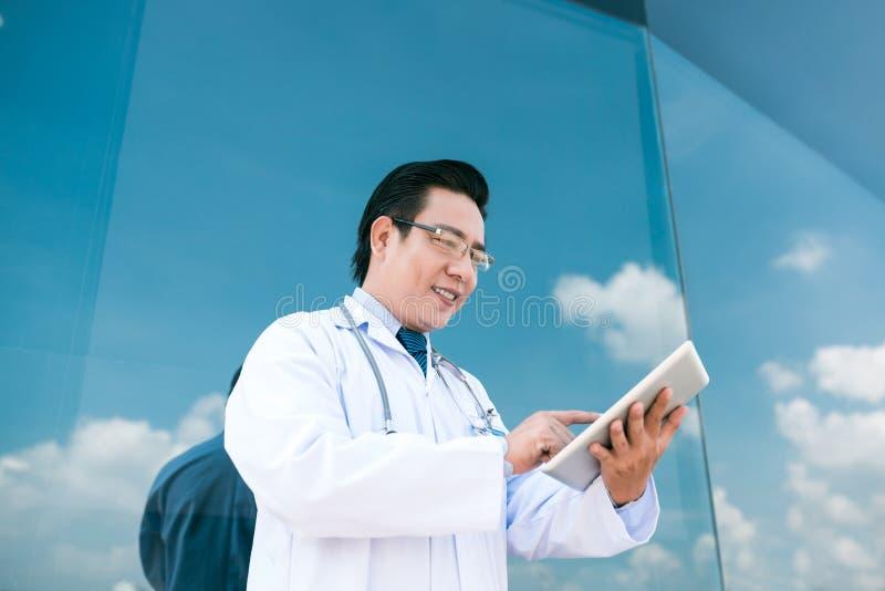 Medische arbeider met tablet stock foto's