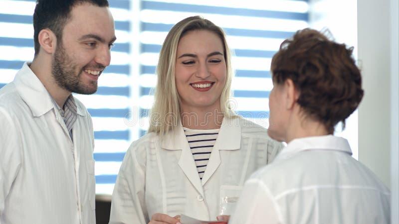 Medische arbeiders die vriendschappelijke bespreking hebben stock afbeelding