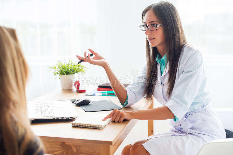 Medische arts artsenvrouw die aan patiënt spreken royalty-vrije stock foto