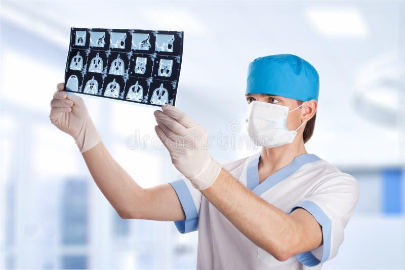 Medische arts die het beeld van het tomografieaftasten bekijkt stock foto's