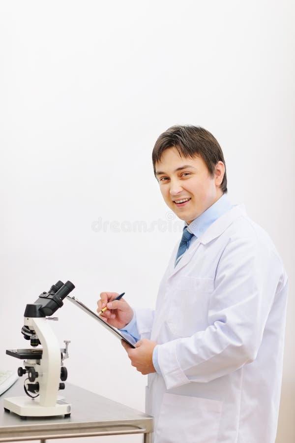 Medische arts die in laboratorium werkt stock afbeeldingen