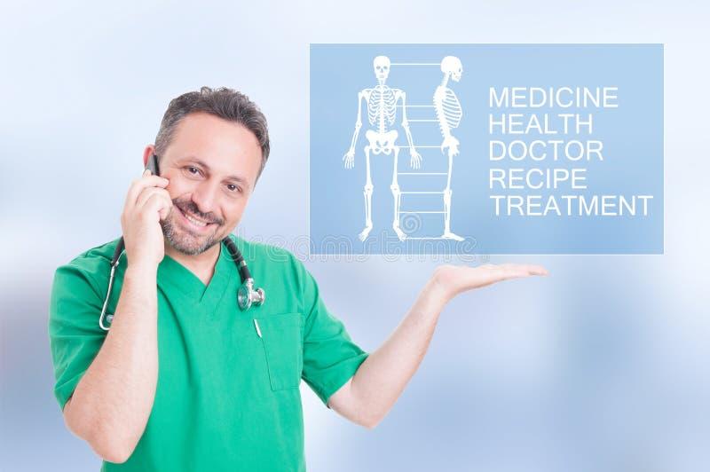Medische arts die met het futuristische scherm werken stock afbeelding