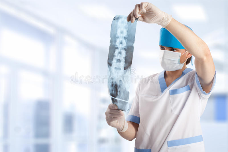 Medische arts die x-ray beeld bekijkt royalty-vrije stock fotografie