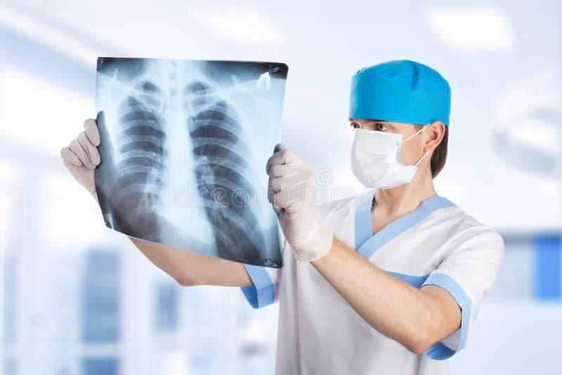 Medische arts die x-ray beeld van longen l bekijkt