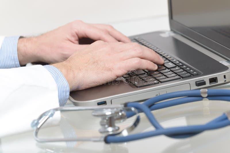 Medische arts het typen op laptop royalty-vrije stock afbeeldingen