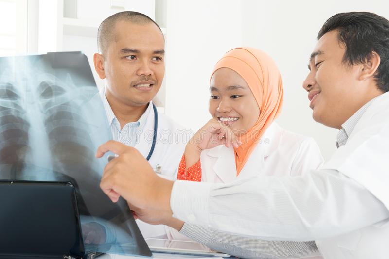 Medische artsen die op x-ray beeld bespreken royalty-vrije stock afbeelding