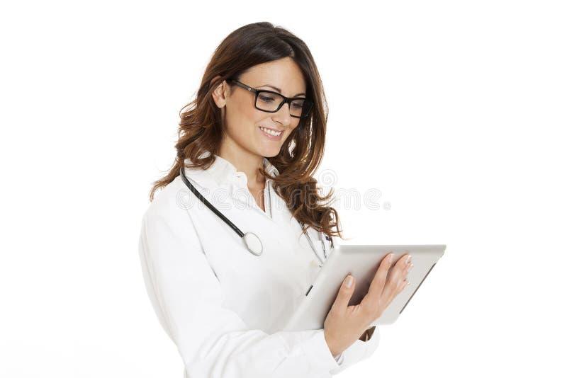 Medische artsenvrouw met stethoscoop en laptop PC stock foto's