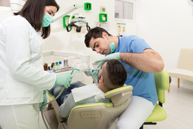 Medische behandeling een patiënt met een tandpijn stock foto