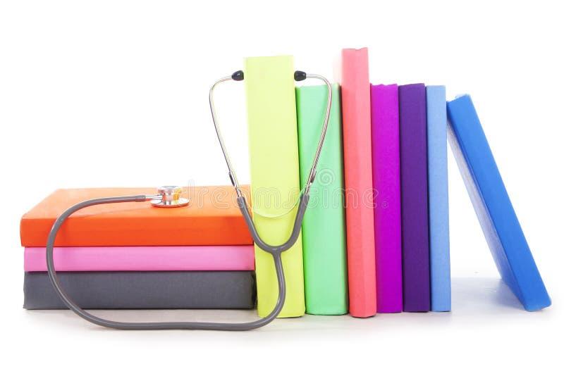 Medische boeken met stethoscoop stock foto